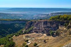 山、森林和古老洞城市 克里米亚 免版税库存照片