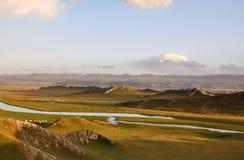 山、河和草原 图库摄影