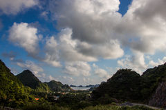 山、海和海岛 猫Ba海岛 免版税库存照片