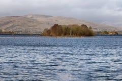 山、海岛、湖和植被在西部方式足迹在港湾Corrib 库存照片