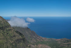山、海洋和一朵小束的云彩 库存照片