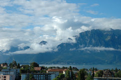 山、湖和大厦在La游览dePeilz在瑞士 免版税图库摄影