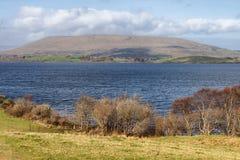 山、湖和植被在西部方式足迹在港湾Corrib 库存图片
