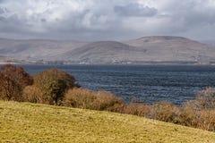 山、湖和植被在西部方式足迹在港湾Corrib 图库摄影