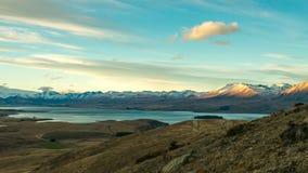 山、湖和valey的看法在一个晴天从登上 免版税库存图片