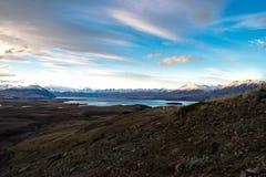 山、湖和valey的看法在一个晴天从登上 免版税库存照片