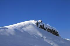 山上面与雪檐口的在降雪以后 库存照片