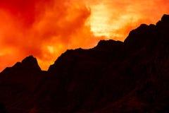 山上面概述与多云日落天空 免版税库存照片