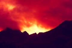 山上面概述与多云日落天空 免版税库存图片
