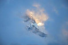 山上面的瞥见通过云彩 免版税库存照片