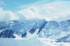 山下雪在冬天之下 免版税库存照片