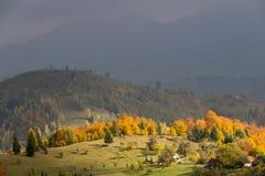 山与五颜六色的森林的秋天横向 库存照片
