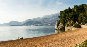 黑山与山的海风景 库存图片