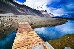 山与河的横向视图 免版税库存照片