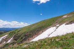 山与蓝天的风景风景在树带界线上 库存图片
