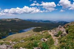 山与蓝天的风景风景在树带界线上 图库摄影