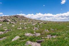 山与蓝天的风景风景在树带界线上 库存照片