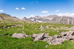 山与蓝天的风景风景在树带界线上 免版税库存照片