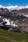 山与蓝天的风景风景在树带界线上 免版税库存图片