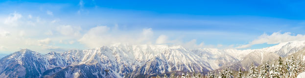 山与蓝天,日本的雪风景全景  库存图片