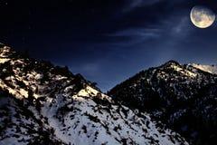 山与黄色月亮的冬天横向 免版税库存图片