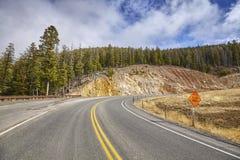 山与幻灯片区域警报信号的路曲线 库存照片