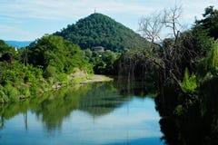 以山为背景的一条河 库存照片