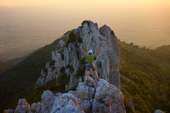 登山人山顶 库存照片