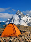 登山人帐篷山的 库存照片
