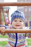 登山人愉快的男婴藏品操场的 免版税库存图片
