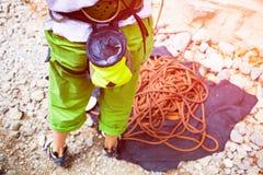 登山人攀登岩石 免版税库存照片