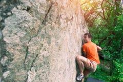 登山人攀登bouldering 免版税库存照片