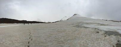 登山人是在冰川 吉尔吉斯斯坦 帕米尔 免版税库存图片