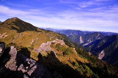 登山人的阴影在谷附近的 库存图片