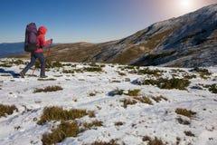 登山人走向一座高山 免版税库存图片