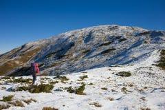 登山人走向一座高山 免版税库存照片