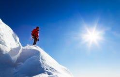 登山人采取看山全景的休息 免版税图库摄影