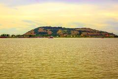 山从远方被观看在湖边 库存图片