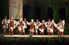 黑山传统舞蹈在露天舞台 免版税库存照片