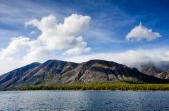 山使-在淡色的多云天空环境美化您的设计的 浪漫海景-与剪影的海边视图  免版税图库摄影
