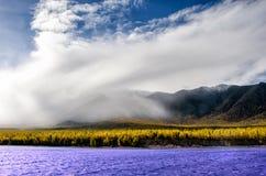 山使-在淡色的多云天空环境美化您的设计的 浪漫海景-与剪影的海边视图  免版税库存照片