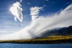 山使-在淡色的多云天空环境美化您的设计的 浪漫海景-与剪影的海边视图  库存图片