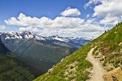 山供徒步旅行的小道在冰川国家公园,蒙大拿,美国 免版税库存图片