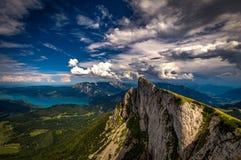 山全景从Schafberg峰顶的在萨尔茨卡默古特、奥地利在与剧烈的云彩的一个夏日和阿特湖 库存图片