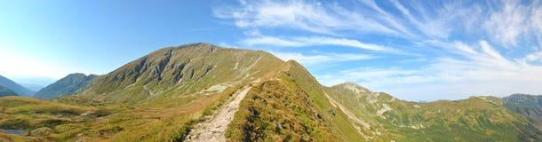 山全景在晴朗天气和一座好的吹backround高山的 图库摄影
