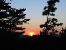 山全景自然背景  在狂放的五颜六色的日落 库存照片