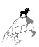 山公羊剪影 免版税库存照片