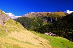 山农村风景在策马特和马塔角之间的瑞士阿尔卑斯 库存图片