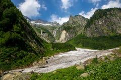 山冰川、山山脉有冰川的,峰顶和高瀑布 免版税库存照片