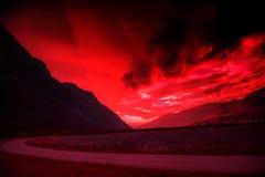 山剪影反对被烧的平衡的天空的 免版税库存照片